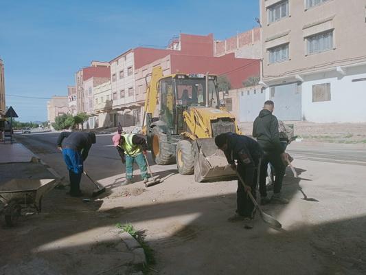 صور .. تدخل مصلحة النظافة التابعة لجماعة زايو  في مختلف الأحياء على إثر التساقطات المطرية الأخيرة